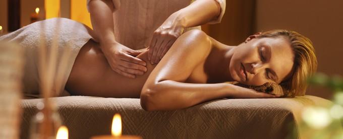 Donna rilassata col massaggio
