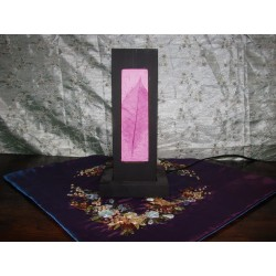 Lampada rosa in legno